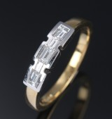 Moderne diamantring af 18 kt. guld og hvidguld med smaragdslebne diamanter, i alt ca. 0.34 ct. H/VVS