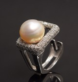 Ring with South Sea pearl and brilliants