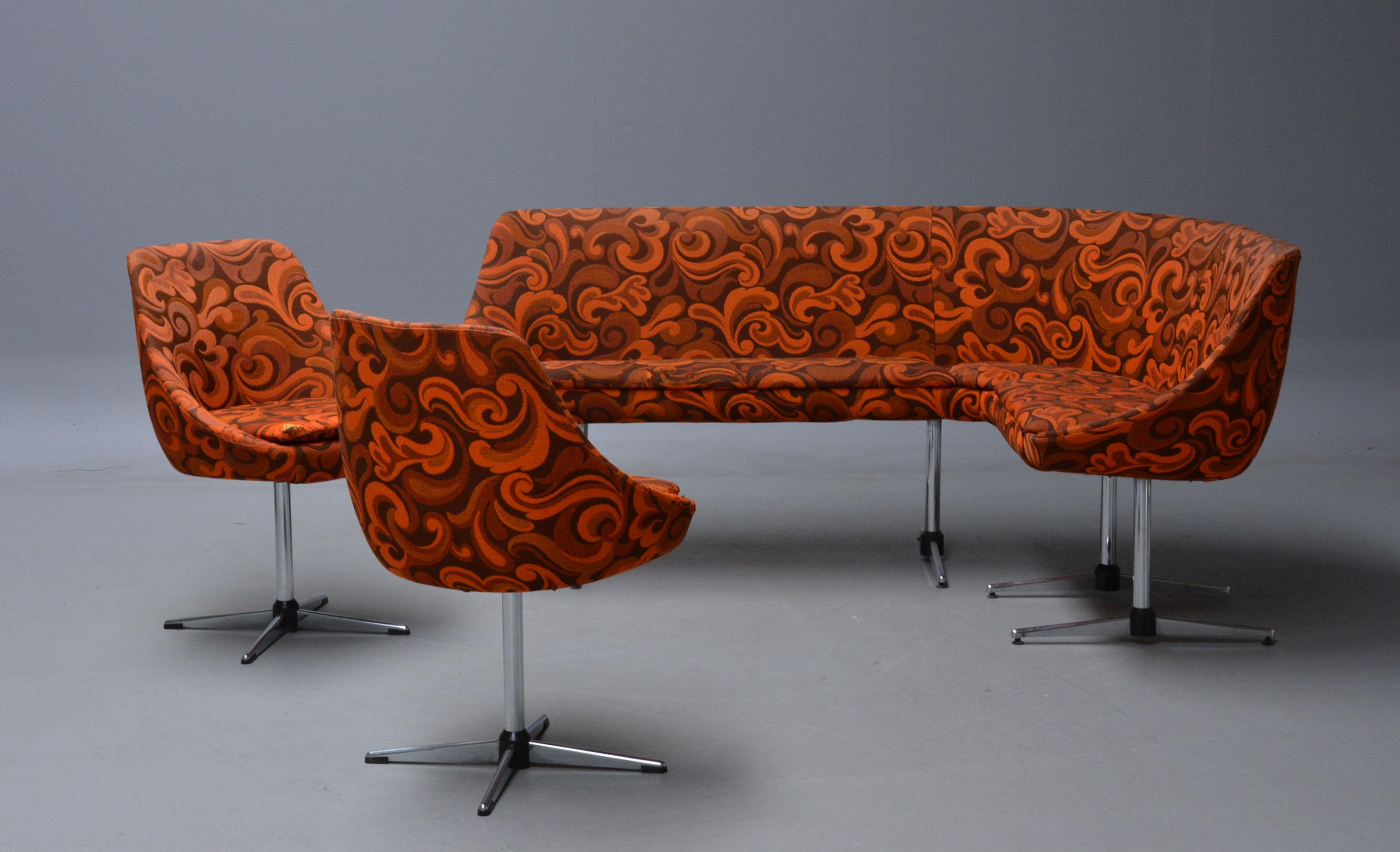 Lounge gruppe bestående af sofa samt par stole - Lounge gruppe bestående af hjørnesofa på shakerstel med to tilhørende stole på drejelig firpasfod. Polstret med mønstret møbelstof. Fremstår med brugsspor. Mål på sofa; L 180, D 128 cm