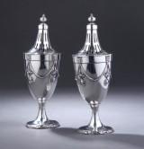 Hanau sølvsmed. Et par strøbøsser af sølv prydet med guirlander, ca. 1880-1900 (2)