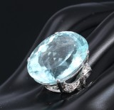 A large cocktail aquamarine and diamond ring, 18 kt. white gold, aquamarine, approx. 32.00 ct