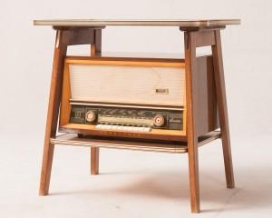 Beistelltisch mit Röhrenradio mit Plattenspieler Hornyphon Traviata Typ WH363A00 der 1950er Jahre 2