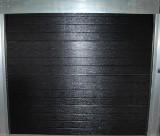 Eldrevet, leddelt garageport med linie i farven sort. Str. 240x214 cm