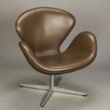 Arne Jacobsen. Sessel, 'Der Schwan' Modell 3320, dunkelbraunes Leder