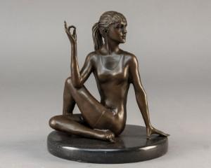 Bronzefigur af ung kvinde i Yoga stilling - Dk, Næstved, Gl. Holstedvej - Figur af patineret bronze i form af ung kvinde siddende i Yoga stilling h. 18 cm. - Dk, Næstved, Gl. Holstedvej