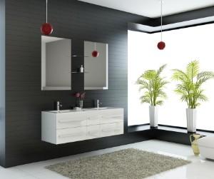 Hvidt højglanslakeret badeværelsesmiljø med dobbelt håndvask samt to ...