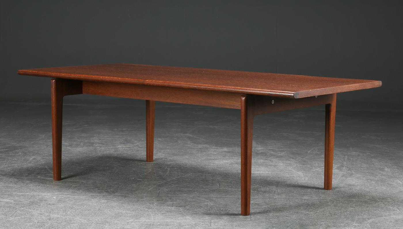Hans J. Wegner. Rektangulært sofabord af egetræ - Hans J. Wegner. Sofabord af lakeret egetræ, finéret rektangulær bordplade. H. 50 L. 150 B. 72 cm. Fremstillet hos Getama