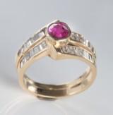 Guldring med diamanter og rubin