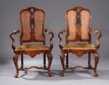 Et par armstole i Queen Anne-stil af lakeret nøddetræ, ca. 1920