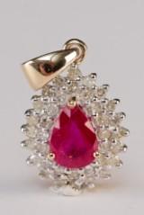 Rubin- og diamantvedhæng af 9 kt. rhodineret guld