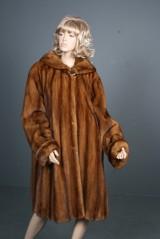 SAGA Superb Quality: 'Swinger' pelsfrakke i mink. m. hætte og slids detalje i 'flammet' rødbrun  nuance, str. ca 40-42
