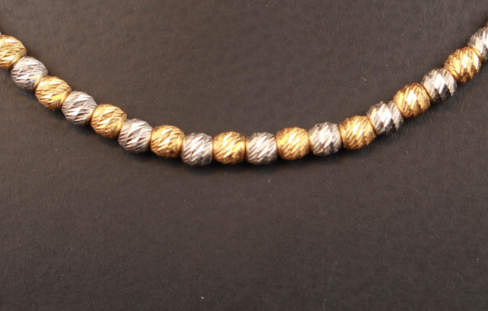 Italiensk halskæde, 18 kt guld og hvidguld - Italiensk halskæde af 18 kt guld og hvidguld, i form af satineret kugler, monteret med karbinlås. L. 45,5 cm, Ø 2,5 mm. vægt ca 11 gram. Fremstår med brugsspor