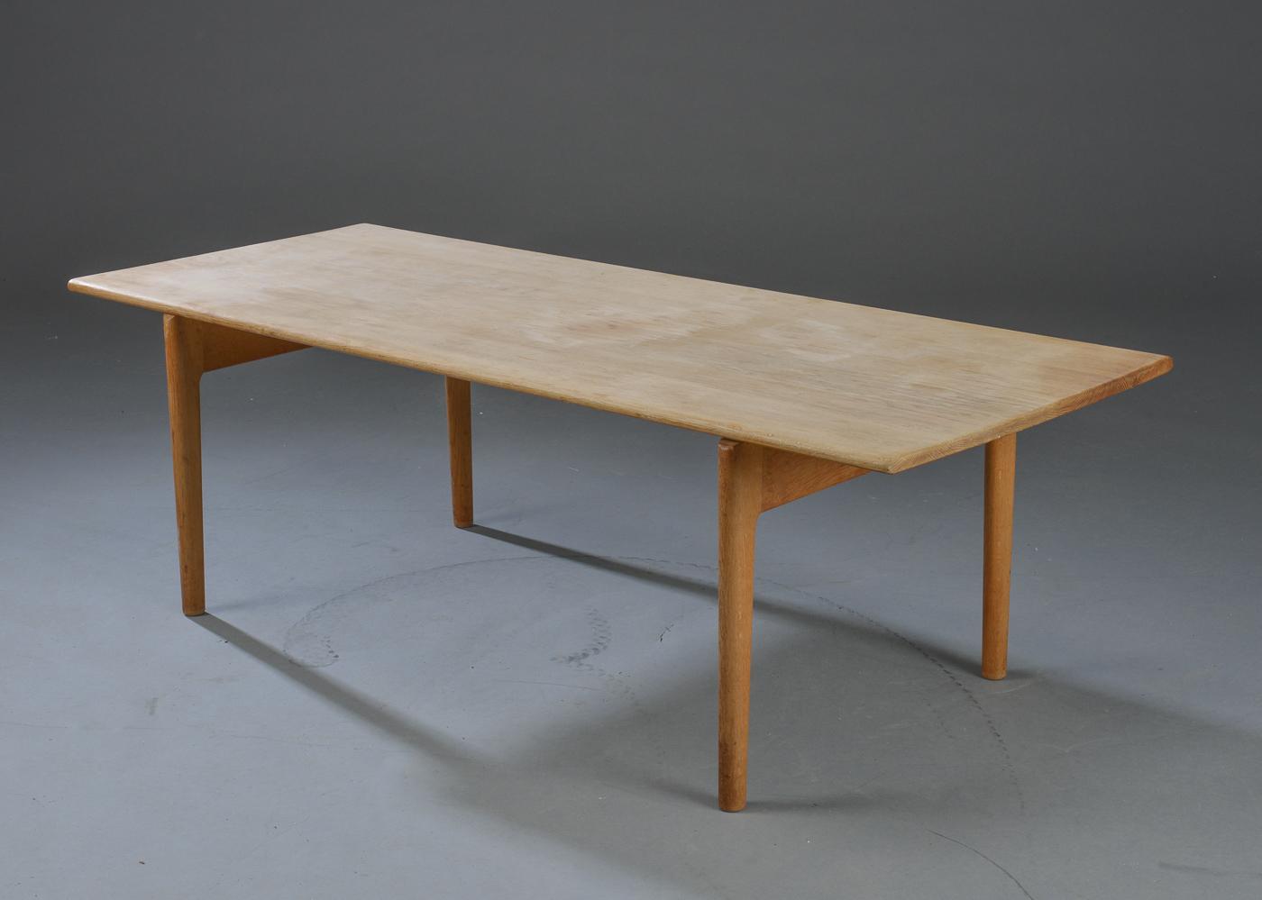 Hans J. Wegner. Sofabord af massiv egetræ, model AT15 - Hans J. Wegner 1914-2007. Sofabord model AT-15 af massiv egetræ. Fremstillet hos Andreas Tuck. H. 48 cm. L. 150 cm. B. 60 cm. Købt 1954. Fremstår med brugsslitage