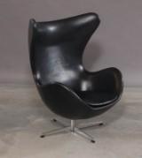 Arne Jacobsen. Lænestol 'Ægget ' model 3316. Betrukket med sort læder