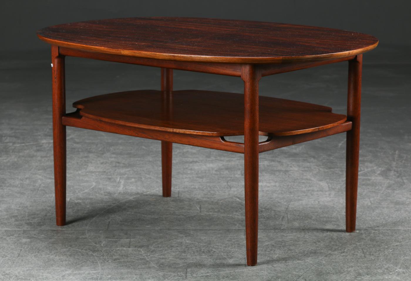 Sofabord af nøddetræ, 1940erne - Sofabord med oval plade af fineret nøddetræ, 1940erne. H. 55, 98 x 72 cm. Alm. brugsspor