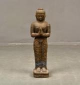 Buddha stående i gjuten stenmaterial