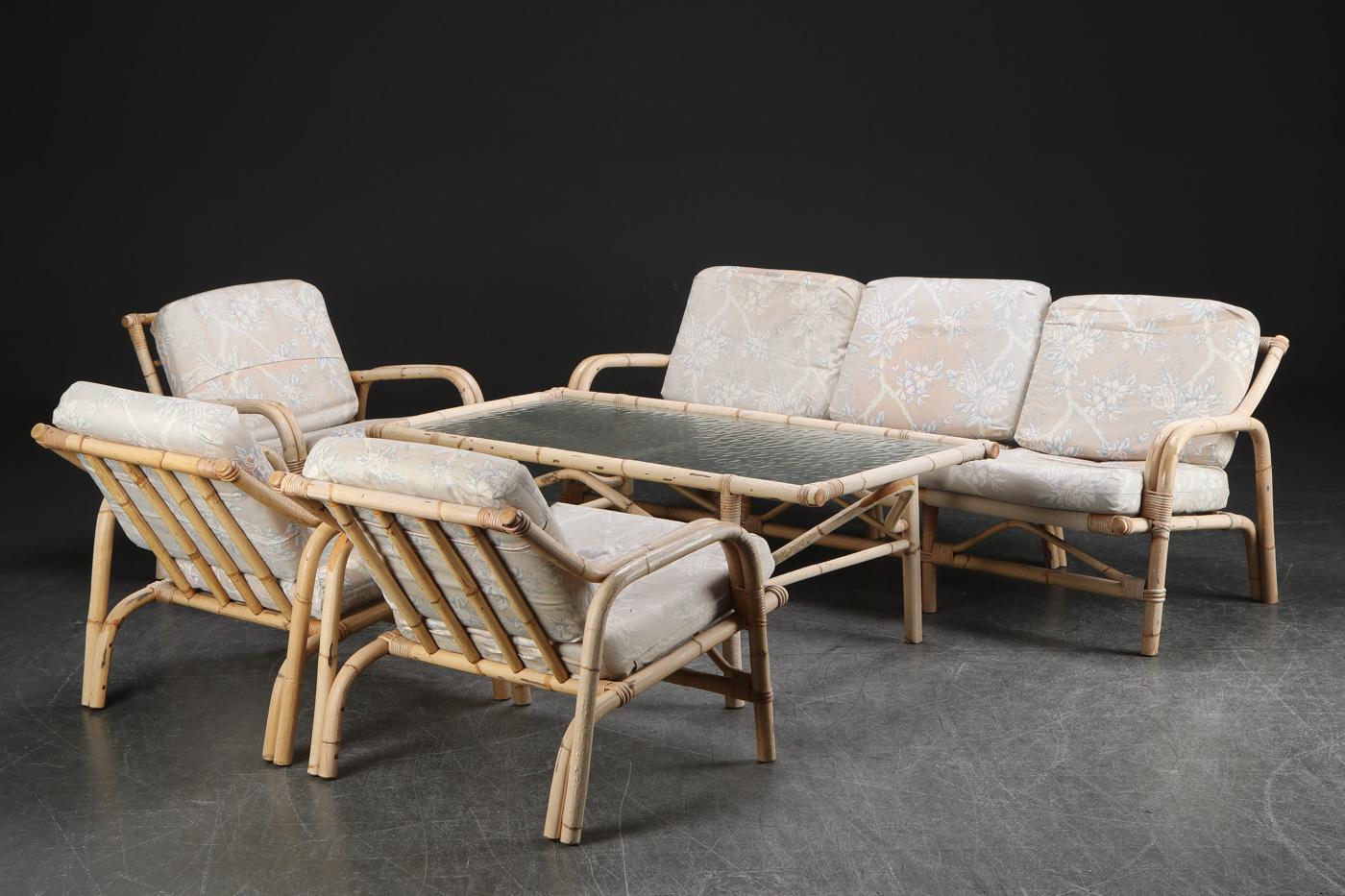 Sofagruppe af bambus - Sofagruppe af bambus bestående af tre lænestole, sofabord samt sofa. L. 184 cm. Stel og hynder med slitage