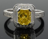 Ring med Fancy Canary yellow diamant på ca. 1.8 ct og diamanter ca. 0.60 ct