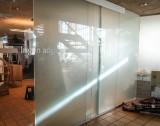 Glasparti/afskærmning med skydedør. Større glasparti med gående del