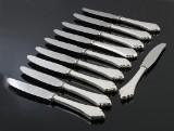 Et sæt middagsknive med skafter af hammerslået sølv (10)