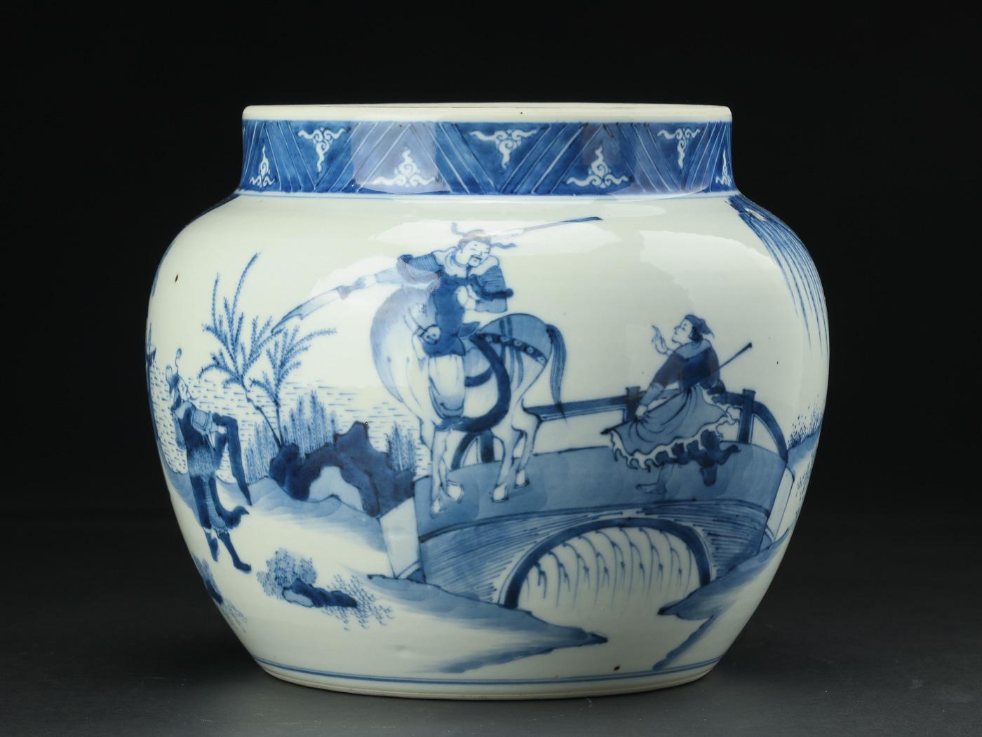 Meat bowl Kina Kang Xi 1662-1722 - Meat bowl af porcelæn med underglasur blå dekoration i form af soldater i landskap, fremstår med hul efter montering. Kina Kang Xi 1662-1722. H 18 cm B 21 cm