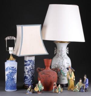 Samling div. kinesiske effekter af porcelæn og keramik (10) - Dk, Roskilde, Store Hedevej - Samling div. kinesiske effekter af porcelæn og keramik best. af; 3 bordlamper af hhv. porcelæn og keramik, største senere omlavet fra vase, med boring i bunden, H. 53 - 72 cm., inkl. skærmholder (to skærme af stof; 1 vas - Dk, Roskilde, Store Hedevej