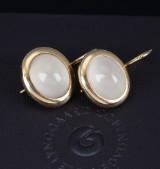 Ole Lynggaard. 'Emeli' earrings, 18 kt. gold with moonstone (2)