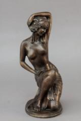 Siddende kvindefigur af bronze
