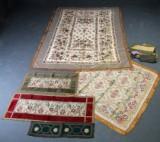 Samling diverse bordtekstiler samt pianotæppe, 1900-tallets første halvdel/midte