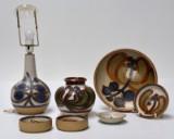 Søholm. Samling skåle, en vase, to lysestager og en bordlampe, stentøj (7)