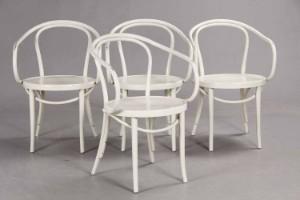 Radomsko, Fire stole i Thonet stil (4) - Dk, Herning, Engdahlsvej - Fire stole af formbøjet og hvidlakeret træ i Thonet stil, mrk. med etiket: ZPM Radomsko. H. 81 cm, B. 54 cm. Fremstår med brugsspor, ridser og mærker, afskalninger. (4) - Dk, Herning, Engdahlsvej