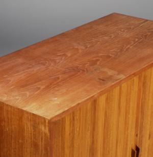 Skab af teak med jalousilåge Denne vare er sat til omsalg under nyt varenummer 2296445 | Lauritz.com