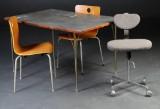 Bord med to stole samt kontorstol (4)