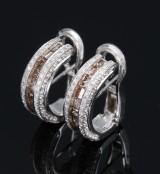 Et par italienske brillantørestikker af 18 kt. hvidguld med prinsesseslebne cognacfarvede diamanter, i alt ca. 2.68 ct. (2)