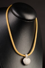 Necklace of 750 gold with a heart pendant with diamonds