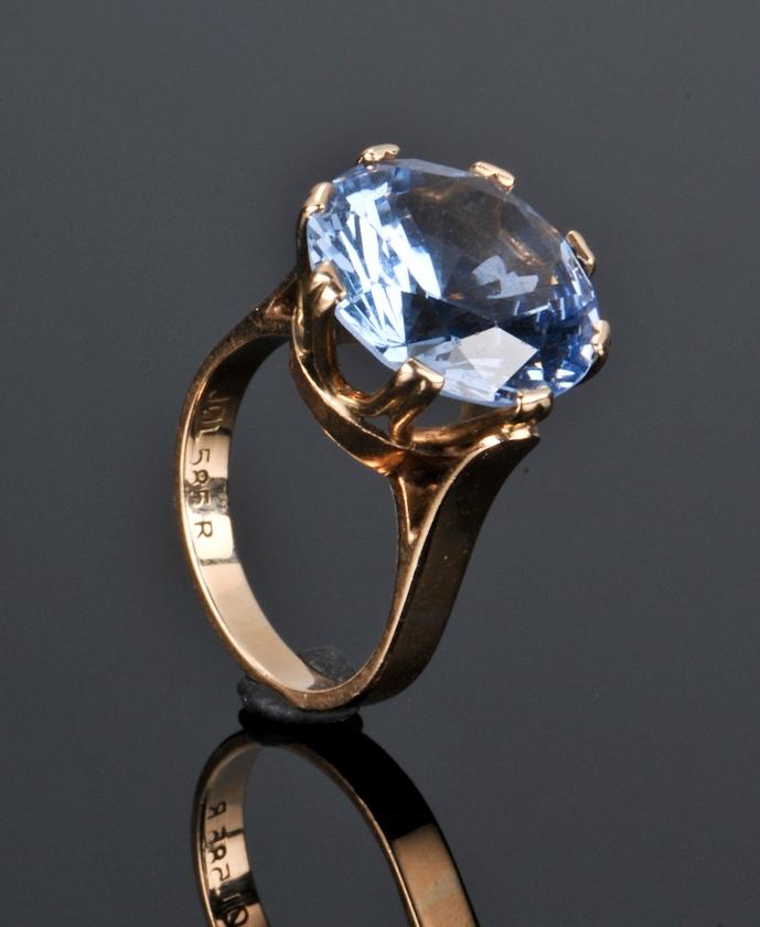 guldring med blå topas