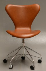 Arne Jacobsen. Office chair, model 3117, cognac-coloured aniline leather