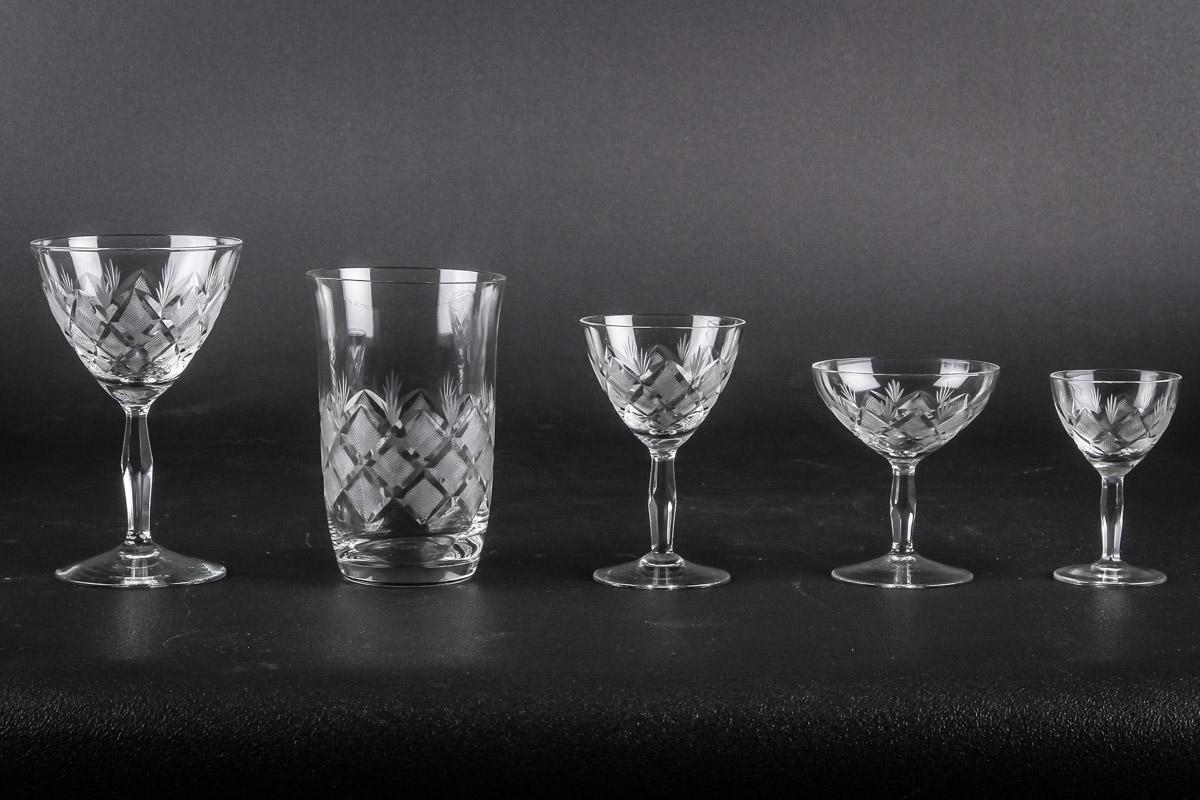 Lyngby Glasværk: Wien Antik, Holmegaard Glasværk: Derby samt diverse glas bl.a. Rømerglas - Lyngby Glasværk. Wien Antik glasbesætning bestående af: 10 hvidvin H. 13 cm, 5 øl H. 12 cm, 10 portvin H. 10 cm, 8 snaps H. 8 cm, 11 likørskåle H. 8,5 vm. Holmegaard Glasværk. Derby glasbesætning bestående af: 4 glas H. 13 cm, 1 glas H. 11...