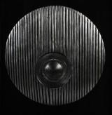 Tavla med silverfärgad skulptur med silverfärgar mönstrad skiva