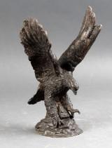 Skulptur af bronze i form af en ørn