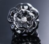 Chanel. 'Camélia Galbé' brillantring af 18 kt. hvidguld og sort keramik