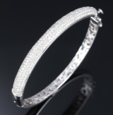 A diamond bangle, 18 kt. white gold, total approx. 2.40 ct