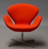 Arne Jacobsen. The Swan easy chair, model 3320, return mechanism, orange wool