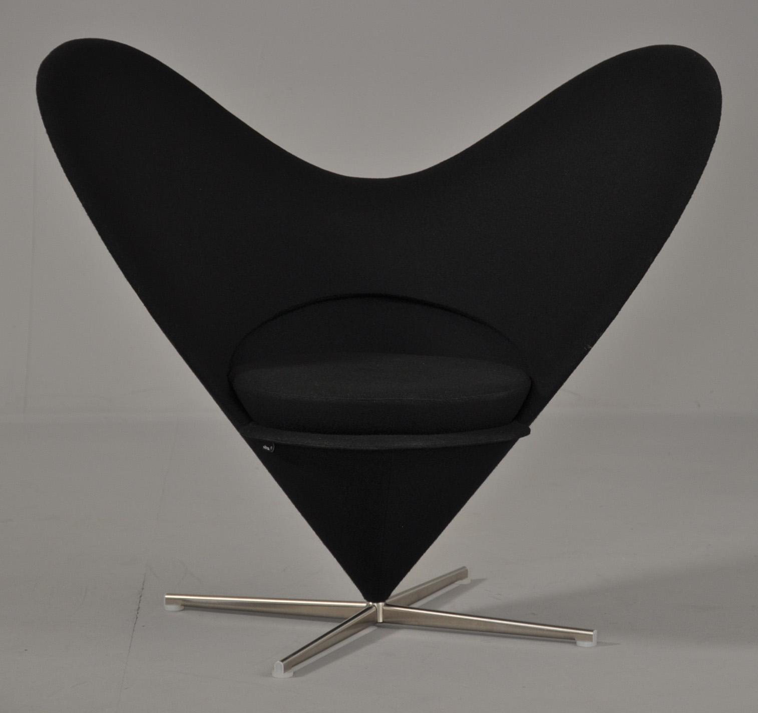 Verner Panton. Heart Cone Chair / Hjertestol - Verner Panton 1926-1998. Heart Cone Chair / Hjertestol original betrukket med sort uld, drejesokkel. Firpasfod af metal. Formgivet i 1959. Fremstillet ved Vitra. Lit: Verner Panton, The Collected Works, Vitra Design Museum, gengivet s.30-34....