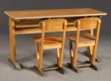 Benze / Zwei Stühle und Tisch für Kinder / Schulstühle und Schulschreibtisch der 1960/70er Jahre. (3)