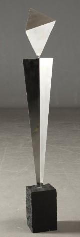 Jens E. Happy. Skulptur af rustfrit stål monteret på sort granitsokkel