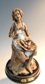 Figur einer sitzenden Frau