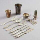 Bägare supkopp saltströare och bestick i silver
