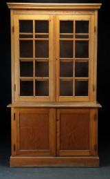 Skab med vitrineoverdel af fyrretræ, 1900-tallets anden halvdel