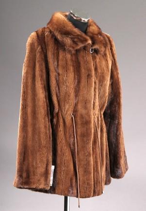 e9b54d22 Saga Mink. Kort jakke af klippet brun mink. Str. ca. 42. Denne vare ...